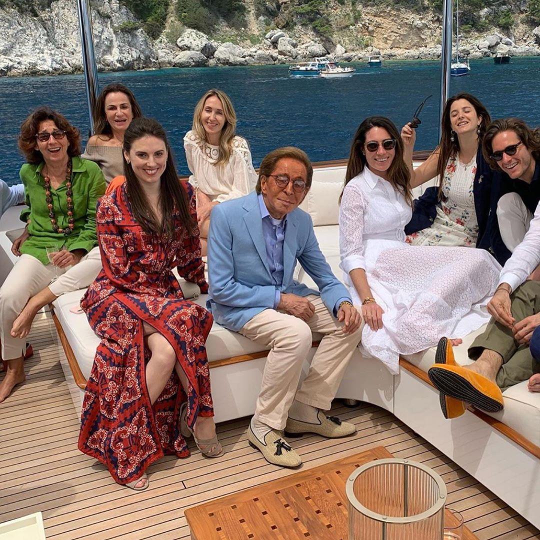 L'immagine può contenere: 7 persone, persone sedute e spazio all'aperto